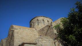 Forntida basilika och träd i solig dag arkivbild