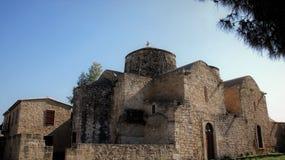 Forntida basilika på brett fält arkivfoto