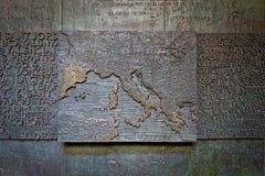 Forntida basrelief med översikten av Europa och det medelhavs- Arkivfoton