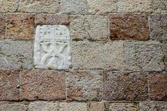 Forntida basrelief på väggen av fästningen i Budva Arkivfoton