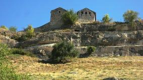 Forntida befästning på en stenavsats arkivfilmer