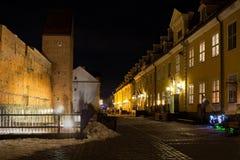 Forntida befästningvägg i gamla Riga - berömd europeisk stad var turister kan finna en unik atmosfär av medeltid Arkivbild