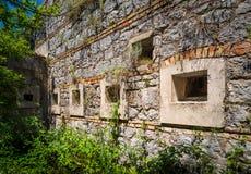Forntida befästningvägg med fönster Royaltyfri Fotografi