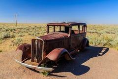 Forntida bil bara i öknen Arkivfoto