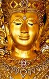Forntida bild av buddha med guld- bakgrund Arkivfoto