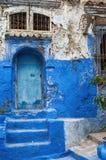 Forntida blått- och vitarkitektur i Marocko royaltyfri fotografi