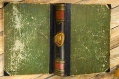 Forntida bok, hardcover på en trätabell tillbaka skola till kopia Arkivbilder