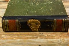 Forntida bok, hardcover på en trätabell tillbaka skola till kopia Royaltyfria Foton