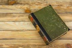 Forntida bok, hardcover på en trätabell tillbaka skola till Kopiera utrymme för text Begreppet av utbildning Royaltyfri Bild