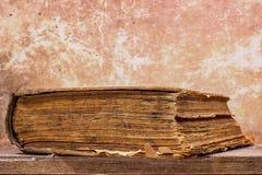 Forntida bok i en grungestil Arkivfoton