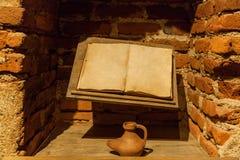 Forntida bok med en bläckhorn Royaltyfria Foton