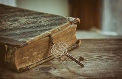 Forntida bok och gammal smyckentangent Royaltyfria Foton