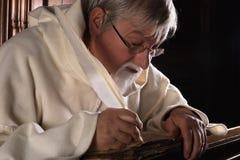 Forntida bok och munk Royaltyfri Fotografi