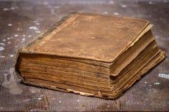 Forntida bok på den gamla trätabellen Arkivbild