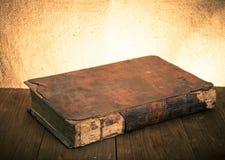 Forntida bok på den gamla trätabellen tonat Royaltyfria Foton
