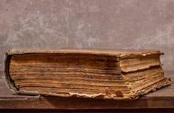 Forntida bok på en trätabell Royaltyfri Foto