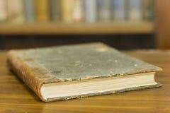 Forntida bok, slut upp som är suddig Royaltyfri Bild