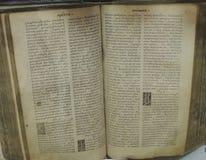 forntida bok som är öppen med texten Royaltyfria Foton