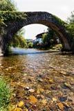 Forntida bro över floden Nive på St Etienne de Baïgorry, Royaltyfria Bilder