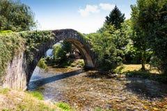 Forntida bro över floden Nive på St Etienne de Baïgorry, Arkivbild