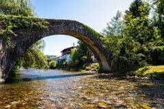 Forntida bro över floden Nive på St Etienne de Baïgorry, Royaltyfri Fotografi