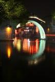 Forntida bro av den watery townen Arkivfoton