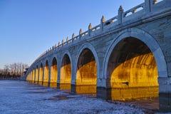 Forntida bro av sommarslotten under skymningen Arkivbild