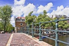 Forntida bro i det historiska kanalbältet, Amsterdam, Nederländerna Royaltyfri Foto