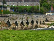 Forntida bro i Irland royaltyfri fotografi