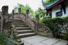 Forntida bro med drakeskulpturer, Kina Royaltyfri Foto