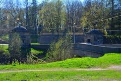 Forntida bro mellan slotten och priorsklosterträdgårdar Gatchina petersburg russia st Fotografering för Bildbyråer