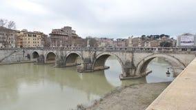Forntida bro på den Tiber floden i Rome Royaltyfri Fotografi