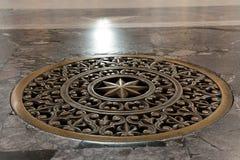 Forntida bronsgaller på lufthålhålet i golvet Royaltyfria Bilder