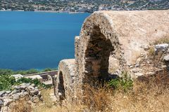 Forntida brunt fördärvar nära havet på Kreta Royaltyfria Bilder