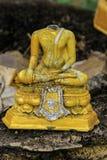 Forntida buddha är den brutna gamla buddha meditationen, inget huvud buddha Arkivfoton
