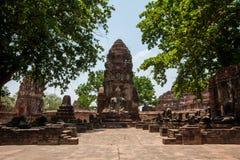Forntida Buddha i den Mahathat templet Arkivfoto