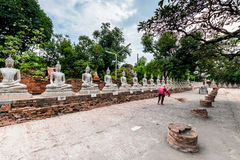 Forntida Buddha i Wat Yai Chaimongkol, Ayutthaya, Thailan Templet är offentlig i Thailand arkivfoton