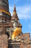 Forntida buddha staty med den blåa skyen Royaltyfria Bilder