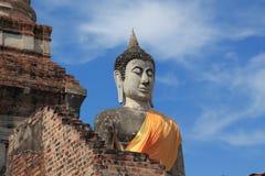 Forntida buddha staty med den blåa skyen Arkivbild