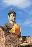 Forntida buddha staty med den blåa skyen Royaltyfri Bild