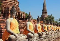 Forntida buddha statyer med den blåa skyen, Arkivfoto