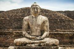 Forntida Buddhastaty på Polonnaruwa Arkivbilder