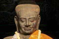 Forntida Buddhastaty som används fortfarande av den lokala befolkningen som ett ställe av dyrkan inom det Angkor Wat komplexet arkivbild