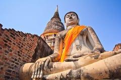 Forntida Buddhastatyer framme av pagoden Royaltyfri Foto