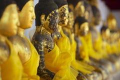 Forntida Buddhastatyer i den Chaiya templet, Surat Thani landskap, Thailand Arkivbild