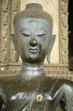 Forntida buddismstaty för halv kropp i den Laos templet Arkivfoton
