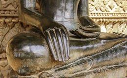 Forntida buddismstaty för halv kropp i den Laos templet Arkivfoto