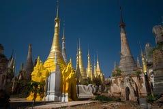 forntida buddistisk inlelake myanmar nära tempelet Arkivbild