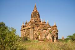Forntida buddistisk pagod på en solig dag Gamla Bagan, Myanmar Royaltyfri Fotografi