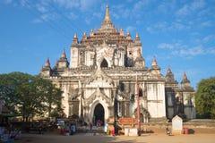 Forntida buddistisk tempel Thatbyinnyu Phaya, solig dag Gamla Bagan myanmar Royaltyfria Bilder